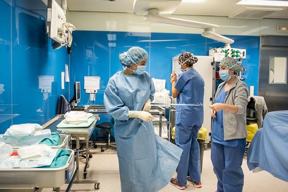 Sanitarios utilizando mascarillas desechables en su centro de trabajo